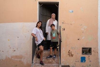 En otra zona de la ciudad se ubica el llamado barrio hebreo de Melilla, donde antiguamente habitaban judíos sefardíes en calles llamadas Sion o Hebrón. Hoy quedan muy pocos. En la imagen, una familia residente del barrio en el portal de su casa.