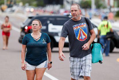 Dos personas, ambas con camisetas de la NASA, asisten este sábado al despegue de la de la nave 'Crew Dragon' desde Cabo Cañaveral.