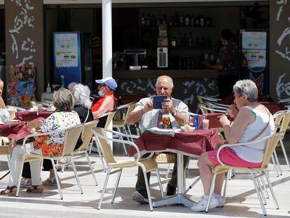 Turistas en una terraza de Benidorm (Alicante).