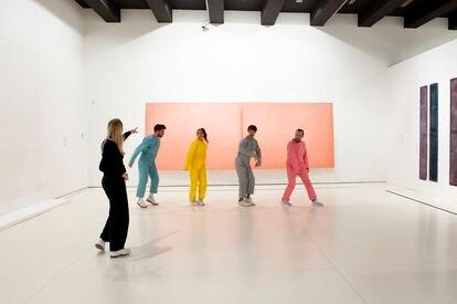 Las 'performances' ocupan un espacio cada vez mayor en los museos y galerías. En la imagen, la obra 'E gira tutto intorno alla stanza' de Bernat Daviu, 'performance' celebrada en Caixa Forum (Madrid) a finales de 2019.