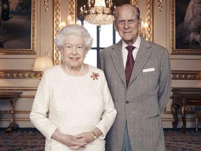 La foto oficial de Isabel II y Felipe de Edimburgo con motivo del 70 aniversario de bodas de la pareja.