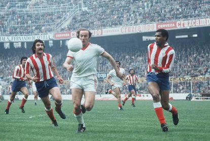 Scotta, entre Capón y Pereira en un Sevilla-Atlético de 1977.