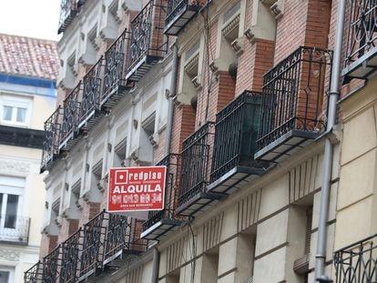 Una inmobiliaria anuncia un alquiler en Madrid, en una imagen de archivo.