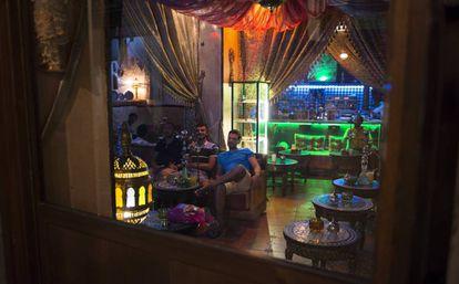 Clientes fumando en una cachimba en un bar de Granada.