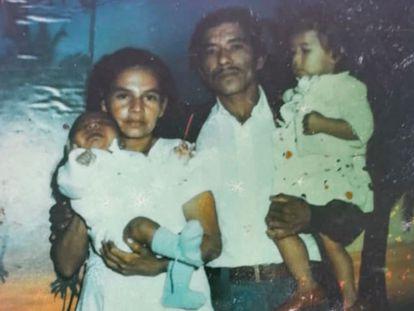 Blanca Gómez con su esposo y dos de sus hijos, en una foto del álbum familiar.