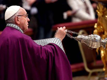 El papa Francisco preside la Celebración Penitencial en la basílica de San Pedro, el 9 de marzo pasado.