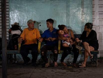 La hondureña familia Herrera descansa en Ciudad Hidalgo tras haber cruzado el río Suchiate, en la frontera entre Guatemala y México.