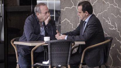 El juez José Castro (izquierda) y el fiscal Antonio Horrach conversan en una terraza de Palma el pasado mes de abril.