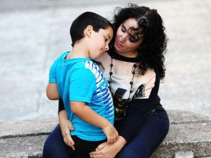 Madre e hijo en la Plaza de los Caidos en A Coruña