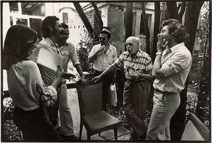 A la izquierda, Tomás Llorens y Rafa Solbes (que formaba el Equipo Crónica junto a Manuel Valdés); desde la derecha, Alberto Corazón y Josep Renau, en Berlín, 1974.
