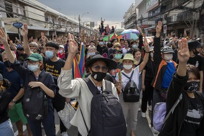 Manifestantes prodemocracia hacen el gesto de levantar los tres dedos como señal de protesta este miércoles en Bangkok.