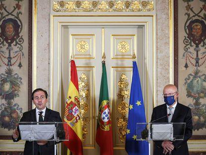 El ministro de Asuntos Exteriores español, José Manuel Albares (izquierda) junto a su homólogo luso, Augusto Santos Silva, tras la reunión mantenida este miércoles en Lisboa.