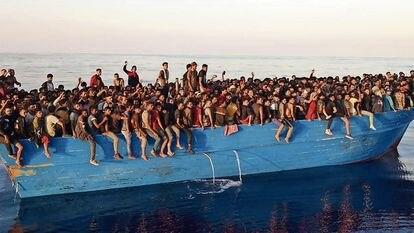 400 migrantes llegan en una barcaza el 28 de agosto a la isla de Lampedusa, Italia.