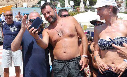 Salvini, en una playa de Taormina.