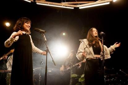 Eva Amaral y Sandra de la Portilla cantan 'Las Montañas'.