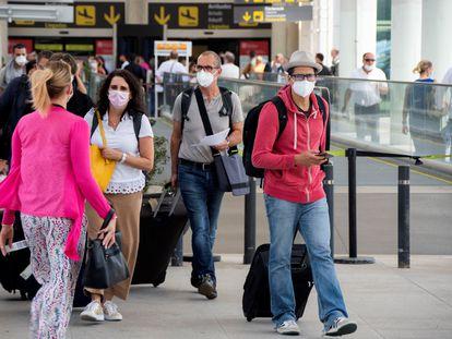 Un grupo de viajeros a su llegada al aeropuerto de Palma, el 22 de mayo.
