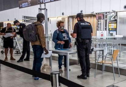 Isabel Santana is one of the volunteers who these days have accompanied migrants to the airport.  Despite initial reluctance, Youssouf, whom he was hosting at home, managed to travel last Friday to meet his uncle in Valencia.