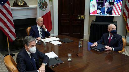 Joe Biden, junto a los secretarios de Estado y de Seguridad Nacional, durante la llamada con López Obrador en marzo.