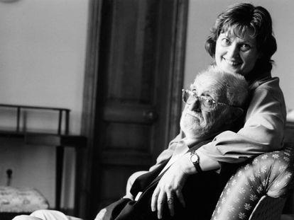 El escritor José Luis Sampedro junto a su compañera Olga Lucas, en una imagen sin fechar, en Tanger.