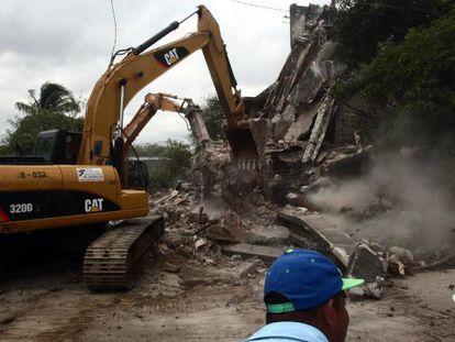 Maquinaria pesada derriba los restos de edificios en Managua