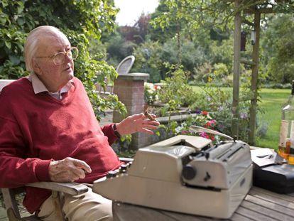 El escritor inglés Tom Sharpe, en su casa en Cambridge.