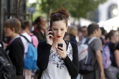 Las dudas sobre los efectos cancerígenos de las señales de radiofrecuencia salpican de nuevo a los teléfonos móviles.