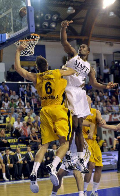 Ibaka salta con Román Martínez.