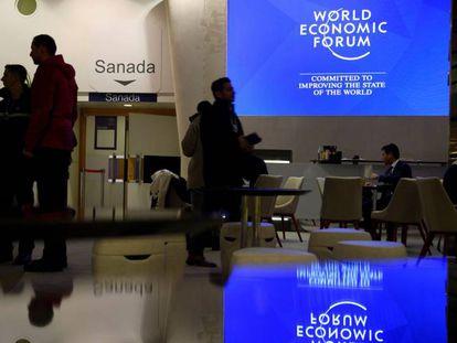 Varias personas permanecen en el interior del Centro de Congresos del Foro Económico Mundial de Davos, Suiza.