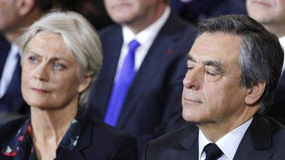 El excandidato presidencial conservador François Fillon y su mujer, Penelope