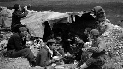 Milicianos de la División Ascaso almuerzan en el frente de Aragón en 1937. Fotografía de Margaret Michaelis.