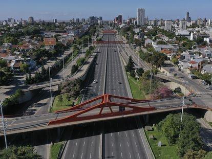 La avenida General Paz de Buenos Aires, prácticamente desierta en pleno confinamiento.