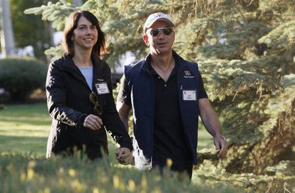 El propietario de Amazon Jeff Bezos y su mujer llegando a una conferencia en Idaho.