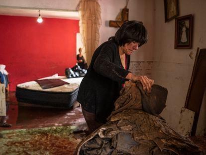 La señora Juana Díaz limpia su casa luego de perder todas sus pertenencias por las inundaciones en Atizapán. En video, los daños en hospitales por las lluvias en el Estado de México.