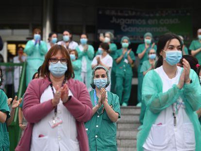 Personal sanitario del hospital 12 de Octubre de Madrid agradece el 20 de abril los aplausos de los vecinos por su labor en la lucha contra el coronavirus.