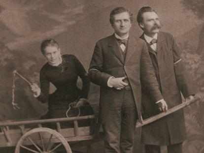 Desde la izquierda, Lou Andreas-Salomé, Paul Rée y Nietzche, en 1882.