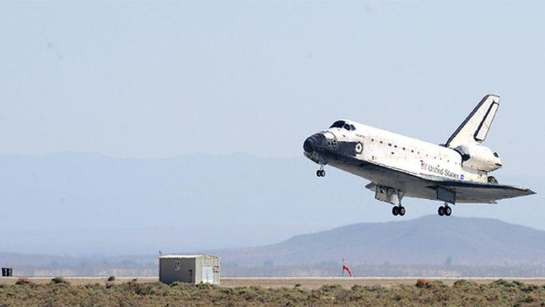 El transbordador, con siete tripulantes a bordo, aterriza en la base Edwards, California, tras reparar el telescopio Hubble.