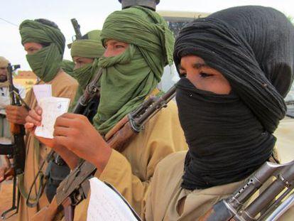 Un grupo de milicianos muestran sus apuntes de estudios coránicos en Douentza (Malí).