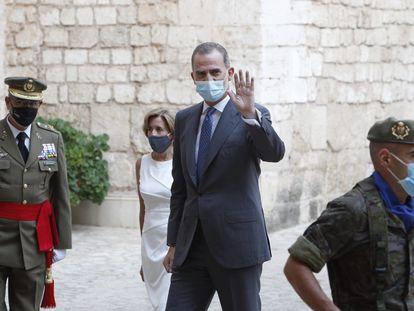 El rey Felipe VI saluda a su llegada al Palacio de la Almudaina para las audiencias con las autoridades baleares, este lunes.
