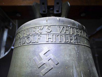 Campana con las esvástica en el pueblo alemán de Herxheim am Berg.