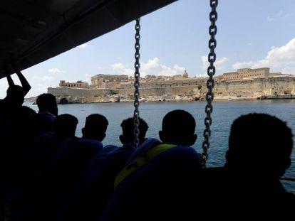 Un grupo de migrantes observa el puerto de La Valeta, en Malta, desde el Aquarius.