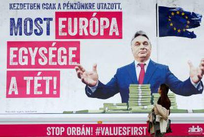 """Cartel en Bruselas con el mensaje: """"Primero quiso nuestro dinero, ahora la unidad de Europa está en juego""""."""