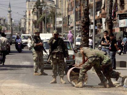 Fuerzas del orden se despliegan en Trípoli, Líbano, tras los choques entre partidarios y detractores del presidente sirio, Bachar al Asad.