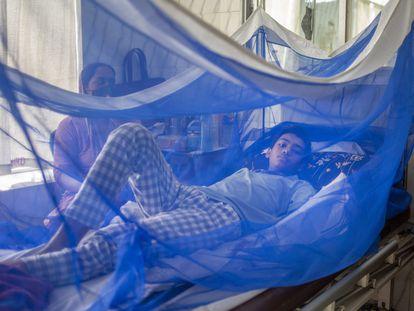 Un adolescente enfermo de dengue se recupera en un hospital de Dacca, en Bangladés, el 17 de agosto de 2021.