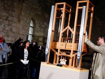 Cambio de tubo del órgano que interpreta la pieza de John Cage.