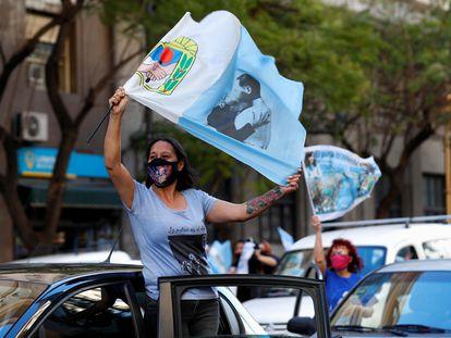 Participantes de la caravana en homenaje a Néstor Kirchner a diez años de su muerte en Buenos Aires.