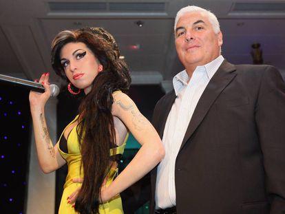 El padre de Amy Winehouse, Mitch, posa al lado de la figura de cera de su hija en el museo Madame Tussauds de Londres.