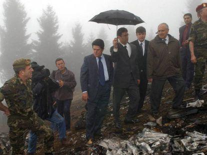 El entonces ministro de Defensa, Federico Trillo, junto a su homólogo turco, Vecdi Gonul, durante la visita al lugar del accidente del Yakolev 42, en 2003.