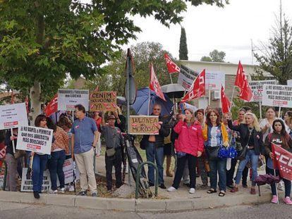 Trabajadores de la cafetería de la Moncloa se concentran frente al complejo presidencial.