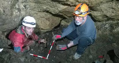 Los excavadores Asier Izagirre y Francisco Etxeberriajunto a los restos en la sima de Gaztelu.