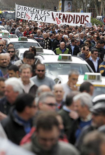 <i>Dirigentes del taxi, vendidos</i>, dice una de las pancartas de la protesta de taxistas.